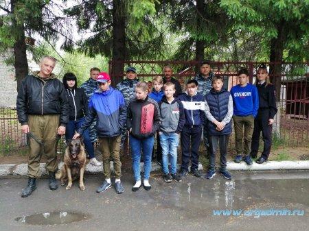 Сотрудники полиции провели для подшефных экскурсию в Центр кинологической службы УМВД России по Курганской области